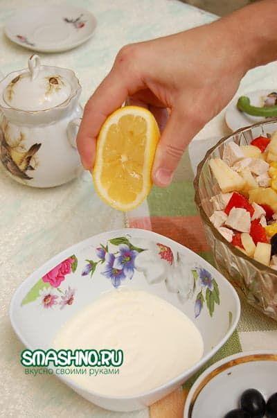 Отжимаю лимонный сок в чашку