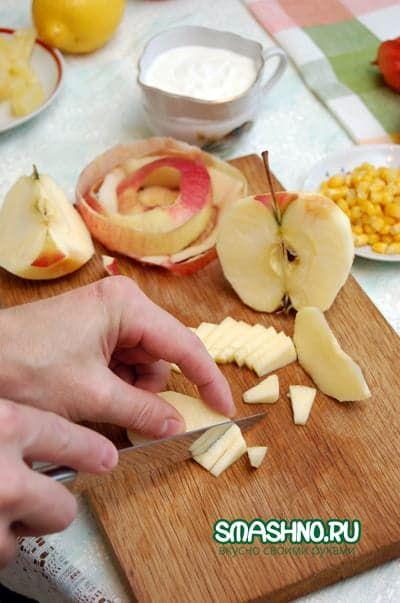 Очищаем яблоко и нарезаем небольшими ломтиками