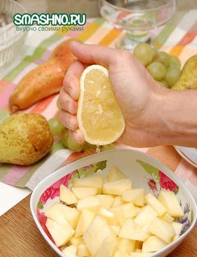 Поливаю яблоки лимонным соком