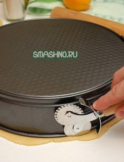 Обрезаю тесто по размеру формы
