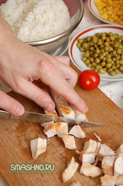 Салат из риса, овощей и курицы