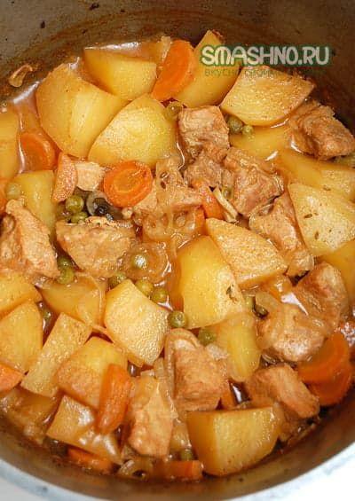 Тушеная свинина с овощами в казане