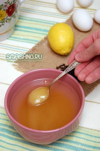 Растворяю мед в горячей воде