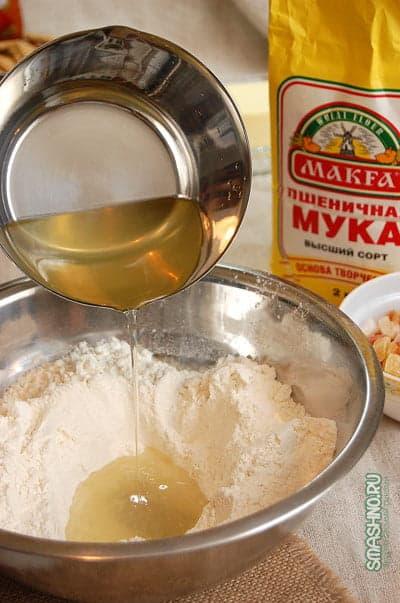 Мука в миске и вода с медом и солью