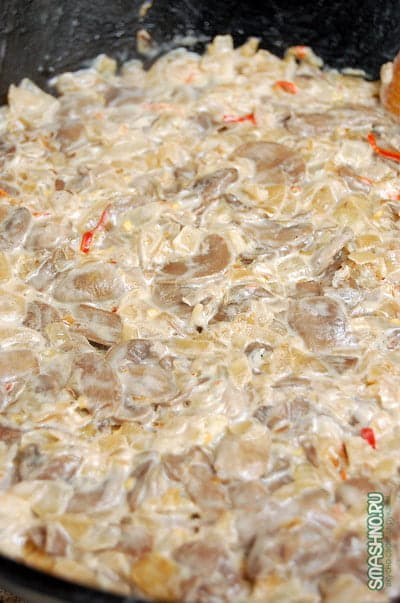Тушение грибов с луком в сметане