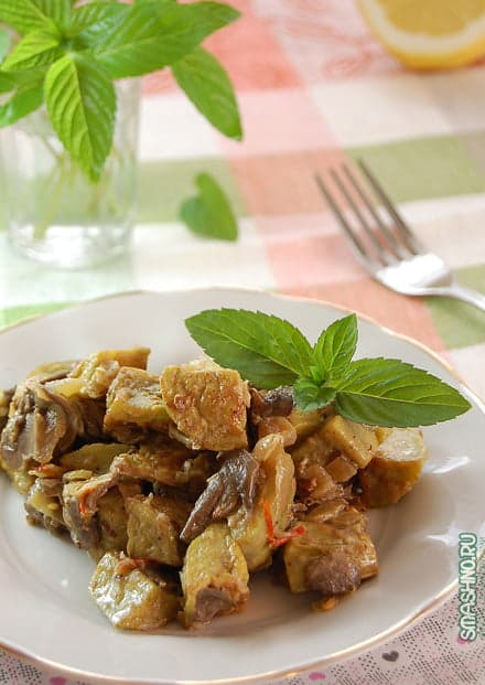 Жареные баклажаны с грибами и луком в сметане