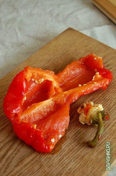 Запеченный болгарский перец на доске