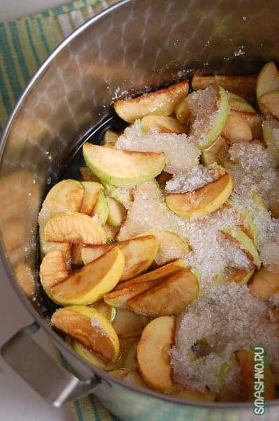 Яблоки с сахаром и соком