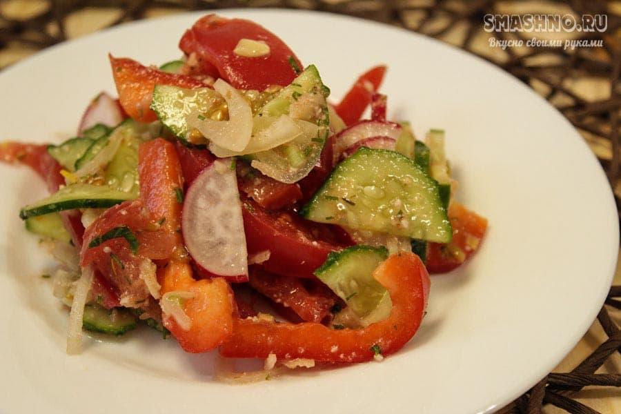 Салат с помидорами и ореховой заправкой Глехурад