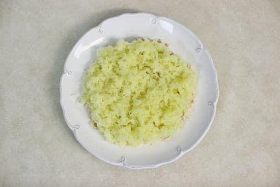 Слой картофеля в салате и майонез