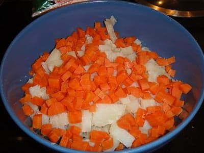 Нарезанные картофель и морковь в салатнике