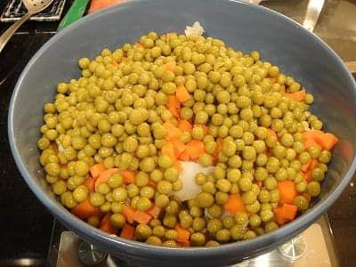 Зелёный горошек в салатнике