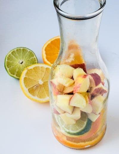 Нарезанные фрукты для сангрии в графине