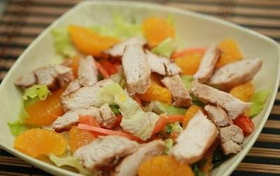 Куриное филе, мандарины, пекинская капуста в салатнике