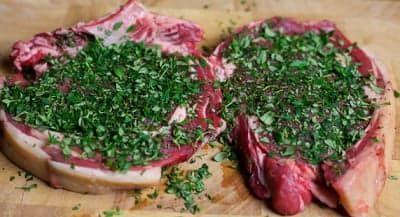 Куски мяса с тимьяном