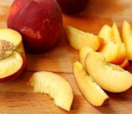 персики, нарезанные дольками