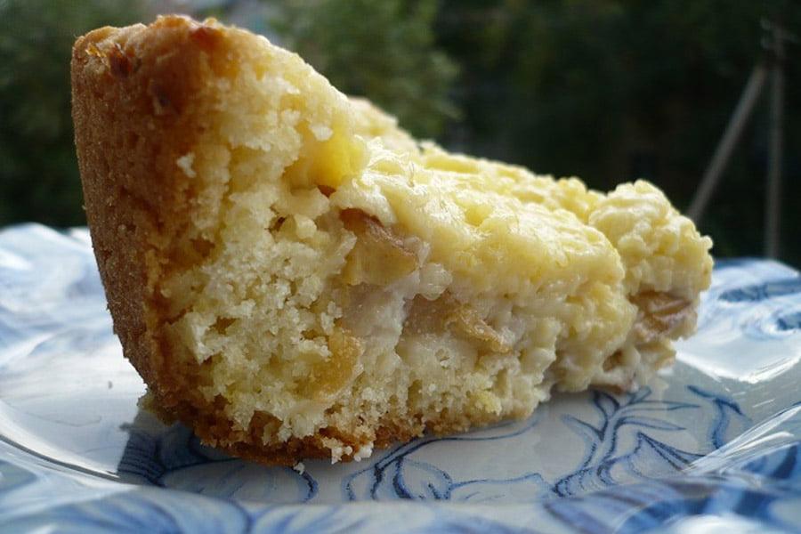 Кусочек грушевого пирога с заварным кремом