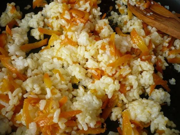 Промытый рис закладывается в морковь