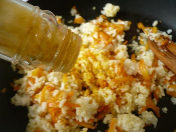Рис солится и заправляется куркумой