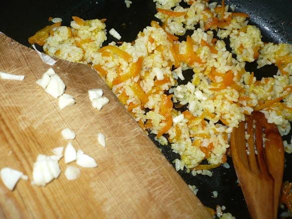 К рису с морковью добавляются чеснок и имбирь