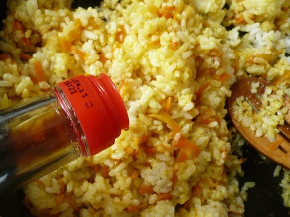 В рис наливается соевый соус