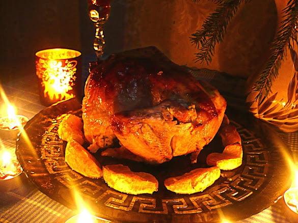 Готовая запеченная курица на праздничном столе