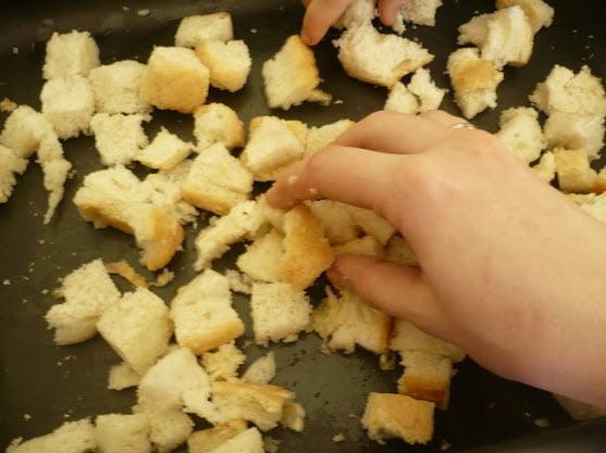 Хлеб покрывается чесночной заправкой