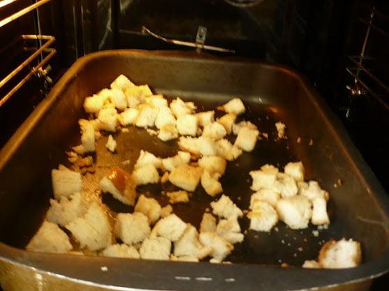 Сухарики запекаются в духовке