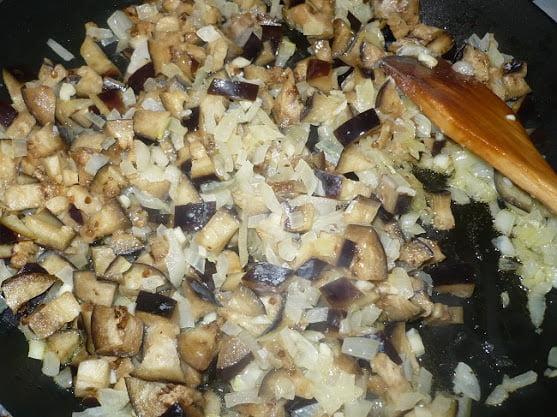 Баклажаны выкладываются в сковороду с луком