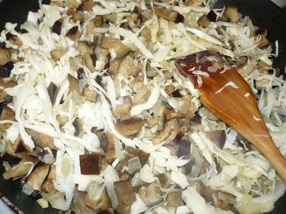 Нашинкованная капуста выкладывается в сковороду к овощам