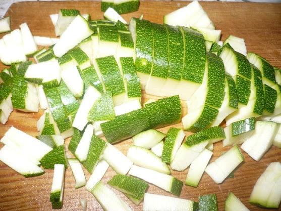 Порезанное кубиками цукини выкладывается в начинку