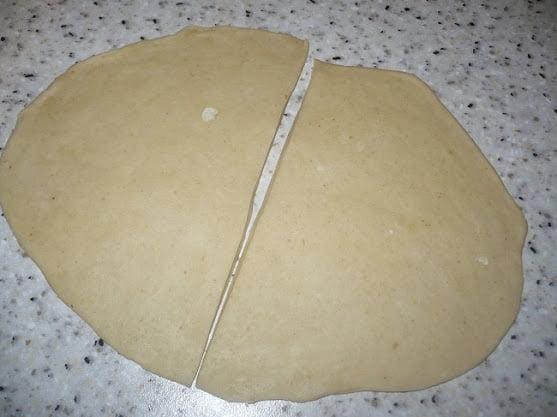 Раскатанная лепешка разрезается пополам