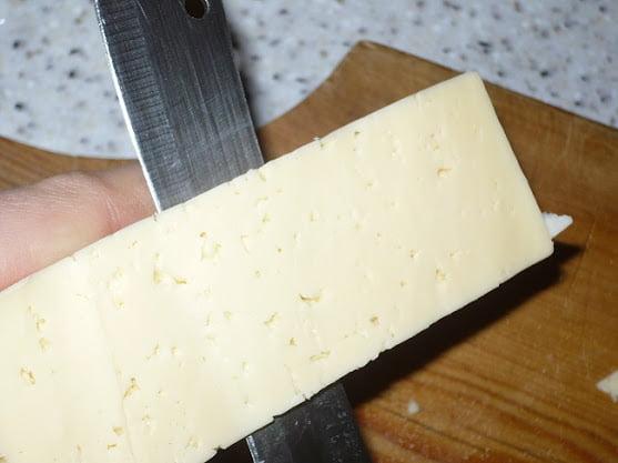 Сыр нарезается тонкими пластинами
