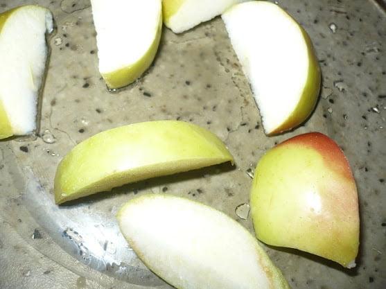Яблоко нарезается небольшими дольками