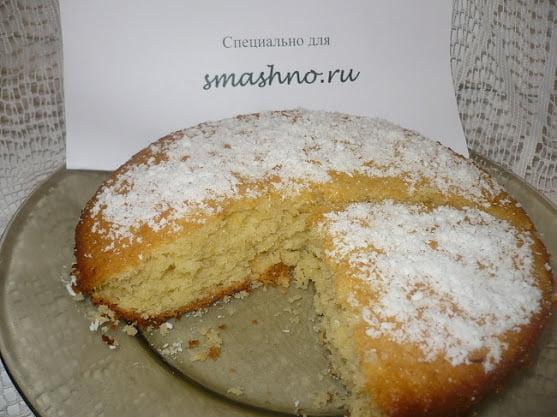 Лимонно-кокосовый пирог, посыпанный сахарной пудрой