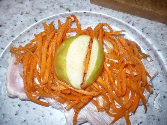 На морковь размещаются пара долек яблока