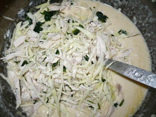 В тесто закладываются капуста и мясо