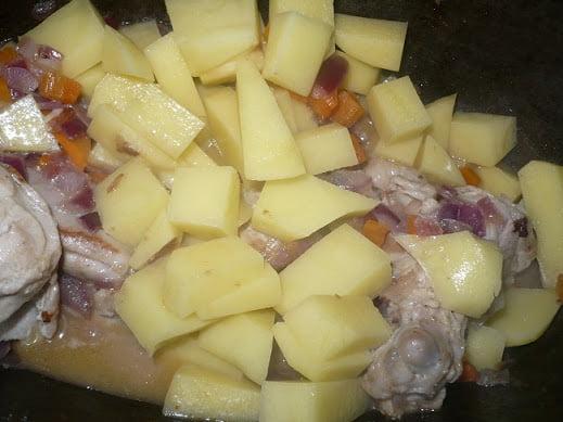 В жаровню закладывается картофель