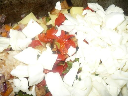 На картошку выкладываются измельченные овощи