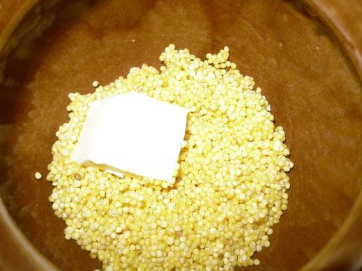 На крупу выкладывается сливочное масло