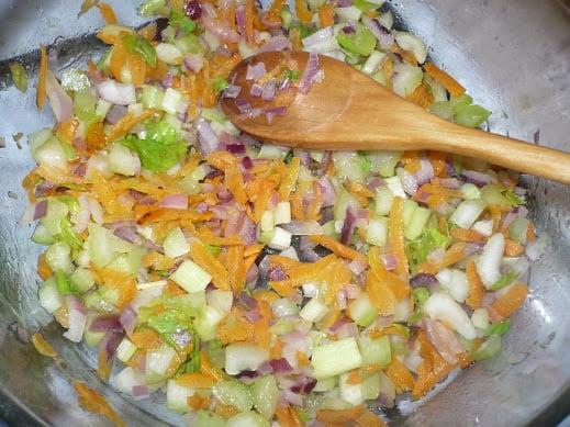 Лук, морковь и сельдерей обжариваются на растительном масле