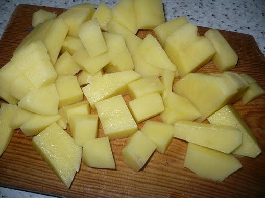 Картофель нарезается крупными кубиками