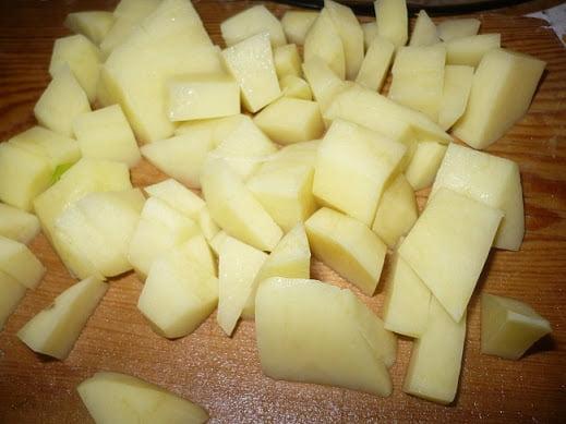 Картофель нарезается кубиками