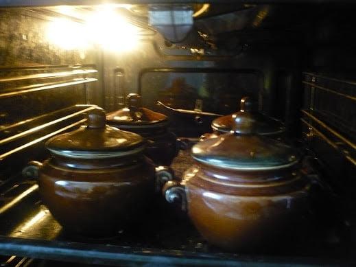 Горшочки ставятся в духовке