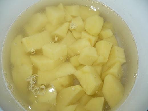 Картофель нарезается на ломтики