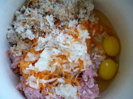Фарш, овощи, хлеб яйца в чаше