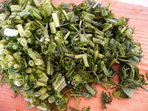 Измельченная зелень и чеснок