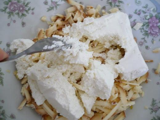 Творог с тертым копченым сыром