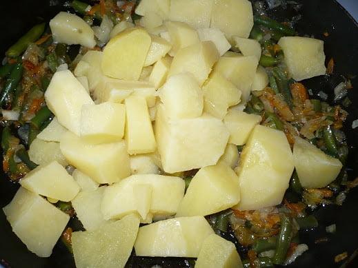 Отваренный картофель закладывается к овощам