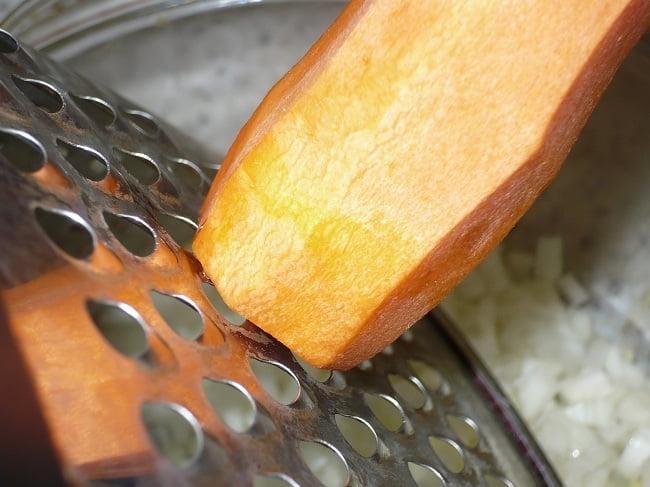 Морковь натереть на крупной тёрке